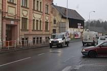 Přejít silnici před MŠ v Poděbradově ulici je velmi těžké.