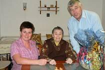 Alžběta Bernklauová se starostou Šindelářem a místostarostkou Bauerovou.