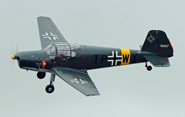 Několik veteránů Bücker Bü 181 je dosud v provozu, na obrázku stroj v  podobě z roku 1944 s označením TP+WX od letecké školy FFS A/B 32 z Pardubic.