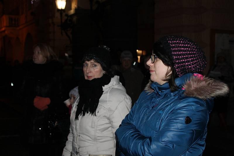 Na domažlickém náměstí se sešlo 633 lidí, aby si zazpívalo vybrané koledy.