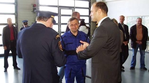 V areálu Košutka převzali hasiči od ministra Ivana Langera nové obleky.