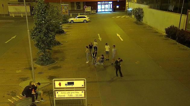 Maturanti slavili v Domažlicích zkoušku dospělosti jízdou v nákupních košících.