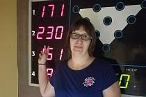 Petra Märzová ze ženského týmu Pivoňky se nedávno radovala z rekordního náhozu 230 kuželek na jedné dráze a v aktuálním kole Kdyňské bowlingové ligy dokonce jako první žena v historii soutěže překonala čtyřsetbodovou hranici za zápas.