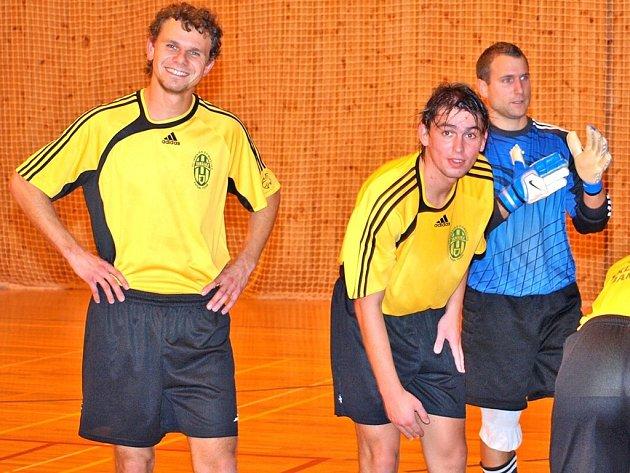 PO ZÁPASE. Na snímku hráči domažlické Jamajky. Vpravo brankář Jiří Nosek. Ten je v žebříčku brankářů s průměrem 2.85 gólu na zápas na pátém místě.