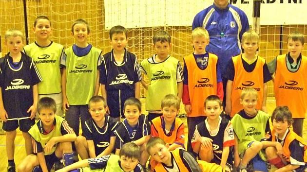 MLADŠÍ PŘÍPRAVKA. Na snímku sedmnáctka mladých fotbalistů spolu s jejich trenérem Antonínem Vlčkem.