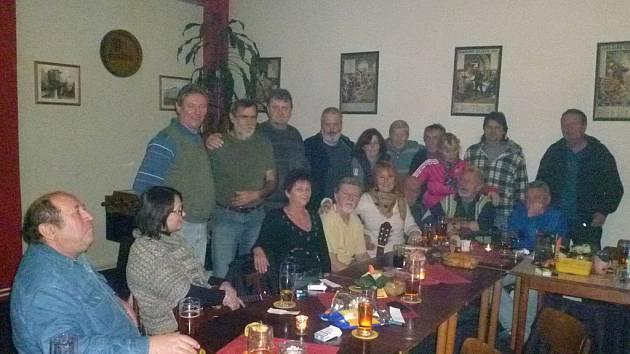 V restauraci na Kavkaze v Domažlicích sešli kamarádi  nedávno zesnulého Jaroslava Visingera.