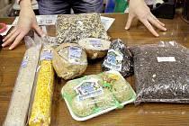 .V obchodech s chovatelskými potřebami nabízejí širokou škálů krmiv pro ptáčky.