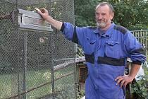 Jiří Thomayer z Chodova (na snímku) chová exotické papoušky.