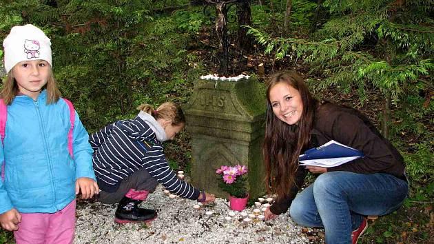 Na místě, kde stávala kaple Nanebevzetí Panny Marie stojí prostý křížek. Také Kamila Angelovová u něj zapálila svíčku, když další předtím připravila pro účastníky akce.