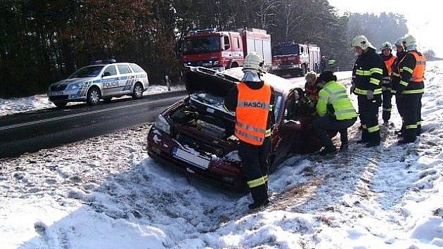 Řidička nezvládla řízení a skončila s autem v příkopu na opačné straně silnice.