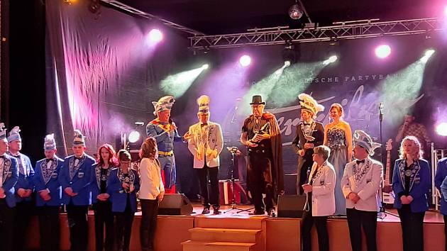 Vyznamenání Narrhally (síň bláznů). Ocenění dostal i holýšovský starosta Libor Schröpfer (v černém).