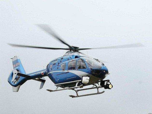 Policejní vrtulník s termovizí létal nad Domažlickem a pomáhal chlapce hledat.