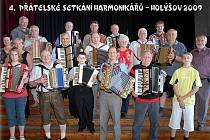 Účastníci čtvrtého setkání harmonikářů v Holýšově.