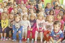 Kapacita domažlických školek je 468 míst. Vystačí pro všechny místní děti starší tří let. V některých  jiných místech regionu je zájem o umístění vyšší než kapacitní možnosti.