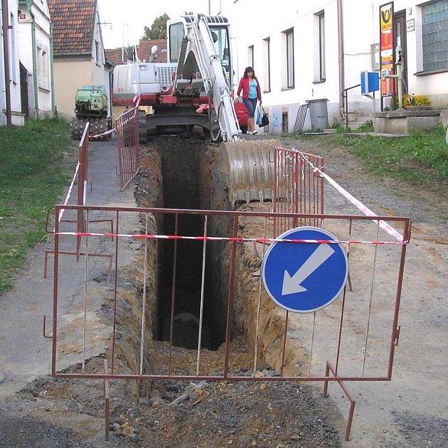 Nová kanalizace by měla být dokončena letos v září.