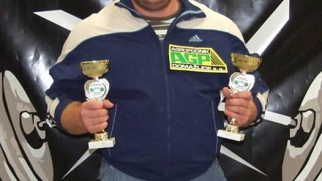 JAN ŠLEIS. Dvojnásobný mistr světa vytvořil v německém Lauchhammeru čtyři světové rekordy. Na snímku spolu s dvěma poháry získanými za titul v benchpressu a v silovém trojboji.