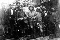 NÁVRAT z chmelu. Fotografie pořízená na schodech domažlického nádraží.