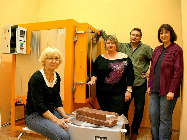 Anna Paulová, Petra Frčková a Božena Kreslová společně s ředitelem Vladimírem Foistem u nové keramické pece a elektrického hrnčířského kruhu.