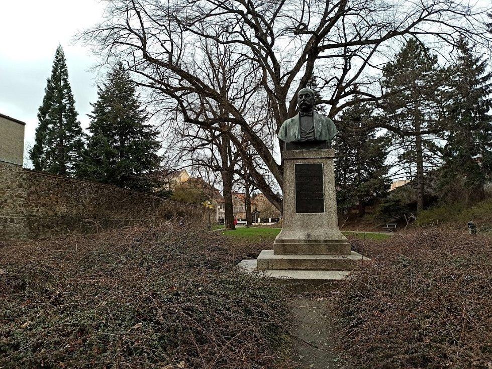 Pomník významného lékaře, místního rodáka Antonína Steidla.