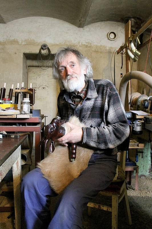 Miroslav Janovec z Malonic vyrábí dudy už skoro čtyřicet let. Nástroje šly snad do celého světa