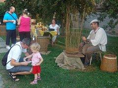 Den řemesel v zahradě Chodského hradu.