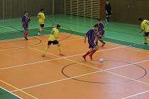 Futsalisté Bomberu (modré dresy) v neděli změří síly s Maxim Teamem a Kozími Doly, hráče Dynama (žluté dresy) čeká vedoucí Havana Club a třetí RSC Pronic zanic.