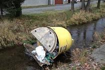 Vandalové házejí do Zubřiny nádoby na tříděný odpad.