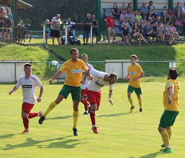 Fotbalisté Startu Tlumačov (ve žlutém) získali vpřípravném utkání proti diviznímu SK Klatovy 1898cenný bod za remízu 1:1.