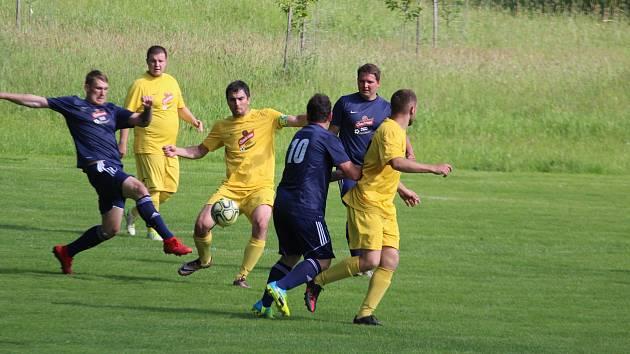 Plichta 1:1 mezi domácím Sokolem Osvračín (v modrém) a hostující rezervou Startu Tlumačov byla pro většinu tipérů Tip ligy Domažlického deníku nečekaná.
