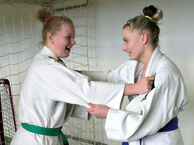 Domažlické judistky Štěpánka Krutinová (vlevo) a Kamila Forstová (vpravo) se zúčastnily mistrovství republiky.