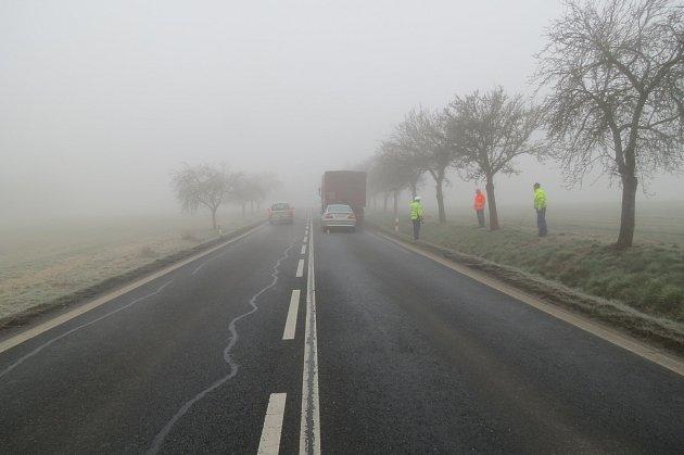 Do nákladního vozidla DAF zezadu narazilo  osobní vozidlo BMW, jehož řidič nevěnoval dostatečnost pozornost řízení.