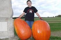 MAREK BENEŠ S DÝNĚMI. Jednu hodlá ve škole vyřezat o Halloweenu, druhou chce jeho otec darovat.