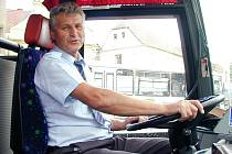 Josef Císler za volantem autobusu. Svou práci dělal rád, lidi vozil i poté, co si mohl užívat důchodu. Brutální útočník mu zcela změnil život..