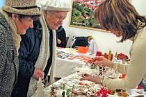 Vánoční výstavu v H. Týně zpestřila ukázkami výroby vánočních ozdob i Iva Melzrová.