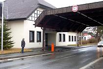 Hraniční přechod ve Všerubech je stále ještě opuštěný. Původní záměr firmy Sportlines, zřídit zde enviromentální vzdělávací centrum, je zatím ve hvězdách.