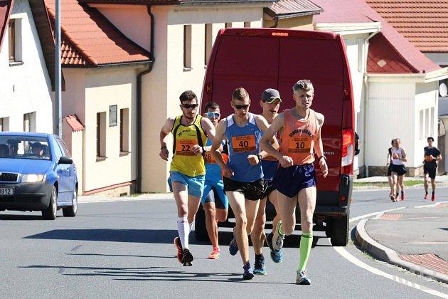 V Klenčí udávala tempo závodu skupinka ve složení Jiří Voják (st. č. 40), Martin Frei (22), Radek Veselý (26), host z Liberce Přemysl Ježek a Jakub Ambros z AKEZ Kopřivnice.
