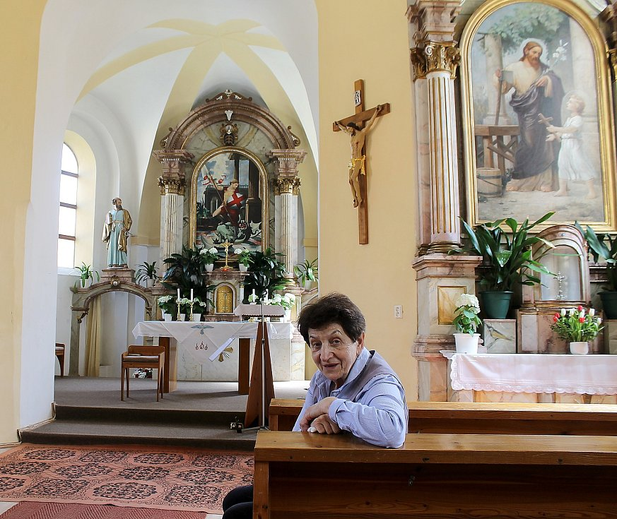 Kostel svatého Jiřího v Koutě na Šumavě stojí na pivovarských sklepech. Na snímku je Anna Váchalová, která se o chrám stará.
