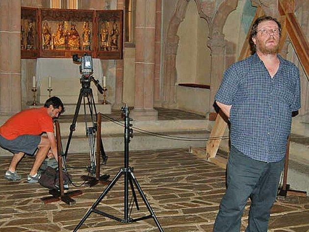 Režisér dokumentárního cyklu Jaroslav Hovorka byl v horšovskotýnské gotické kapli spokojený.