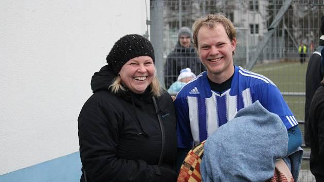 Šťastný střelec vítězného gólu rezervy Domažlic Tomáš Korelus s ještě šťastnější maminkou Renatou.
