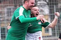 Luděk Leitl druhým gólem přispěl k výhře Tlumačova nad Černicemi. Vlevo střelec prvního gólu Frček.