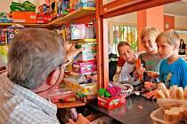 Jan Jankovec vydává sladké dobroty svým zákazníkům z řad školáků Základní školy Komenského 17 v Domažlicích, kteří o velké přestávce vytvořili frontu u jeho školního bufetu, aby si zakoupili něco na dobrého na zub.