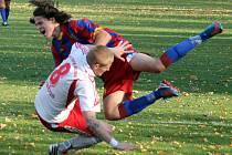 Holýšovský Patrik Gabriel zastavuje v derby kolovečského Milana Gabriela. A byla z toho penalta, kterou však brankář Karel Míčka Vaškovi Šperlovi chytil.