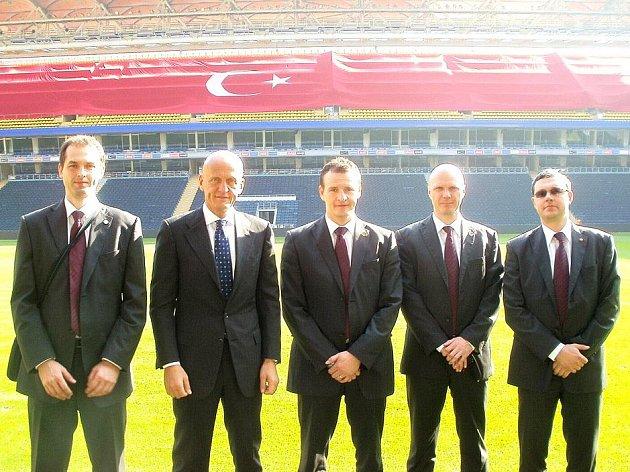 ROZHODČÍ PAVEL KRÁLOVEC (třetí zleva) před kvalifikačním utkáním Turecko – Rakousko. Vedle něj je Pierluigi Collina.