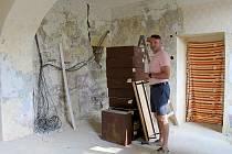 Řemeslníci postupně opravují radnici ve Kdyni. Část kanceláří už je hotových, zbytek na proměnu teprve čeká. Na snímku je starosta města Oskar Hamrus.