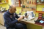 Takto to vypadalo na prodejně Profi Centrum v Plzni. Libor Heidler se svým synem mají více než plné ruce práce. Denně přijmou desítky strojů.