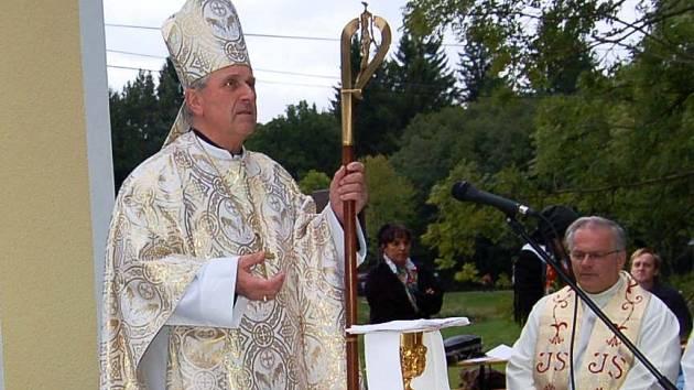 Plzeňský biskup nebude tuto sobotu světit žádnou kapli v regionu, odkud je náš snímek, nýbrž Mons František Radkovský poděkuje tříkrálovým koledníkům.