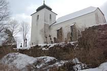 KOSTEL SV. VÁCLAVA. Nejen svatostánek, ale i sousední hřbitovní zeď potřebuje zásadní opravu.