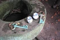 Od České studánky. Jarní odemykání ani podzimní zamykání studánky se neobejdou bez těchto klíčů. Hrníčky slouží na přípitek tamní vodou, jen jednou (2008) se stalo, že při zamykání musel vodu na přípitek kvůli vyschlé studánce nahradit 13. pramen.