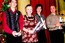 ČTVEŘICE OCENĚNÝCH DOBROVOLNÍKŮ. V Praze pamětní list převzali mimo jiné (zleva) Miloslav Jakeš Antoš, Vladimíra Aviča Brandová, Dagmar Čechová a Vladimír Čech.
