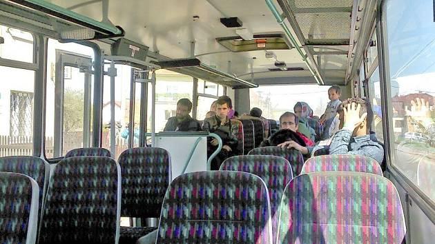 Afghánské migranty odvezl přistavený autobus z poběžovické policejní služebny do Plzně.